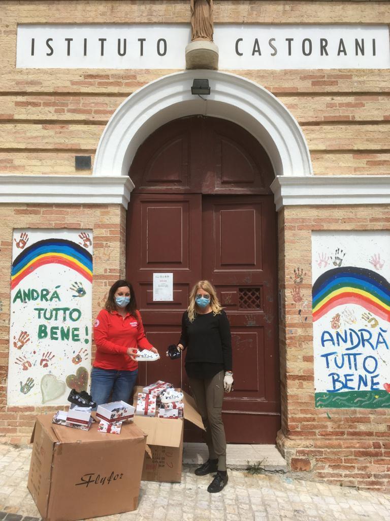 Giulianova - Croce Rossa e Globo donano calzature per i bimbi della casa famiglia